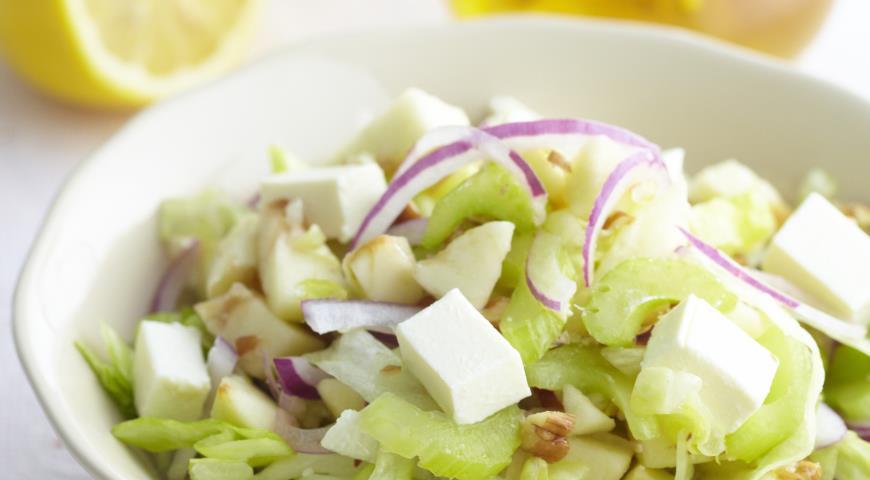 Рецепт Салат с антоновкой, сельдереем и бри