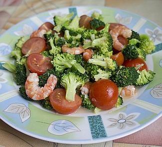 Рецепт Салат с брокколи, помидорами и креветками Весна у моря