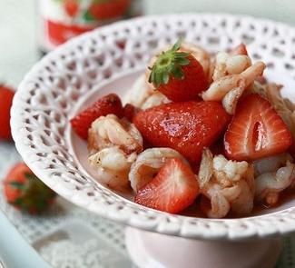 Рецепт Весенний салат с креветками и клубникой