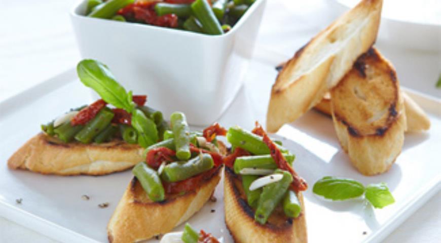 Рецепт Брускетта с зеленой фасолью и вялеными томатами