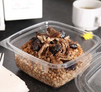 Рецепт Гречка с тушеной говядиной, черносливом и сметанным соусом