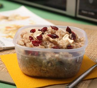 Рецепт Каша из зерновых хлопьев с сушеной клюквой, изюмом и орехами