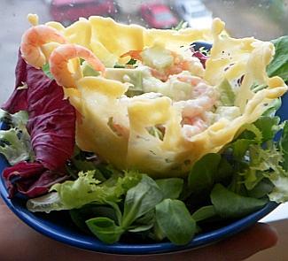 Рецепт Креветочный салат в сырной корзиночке