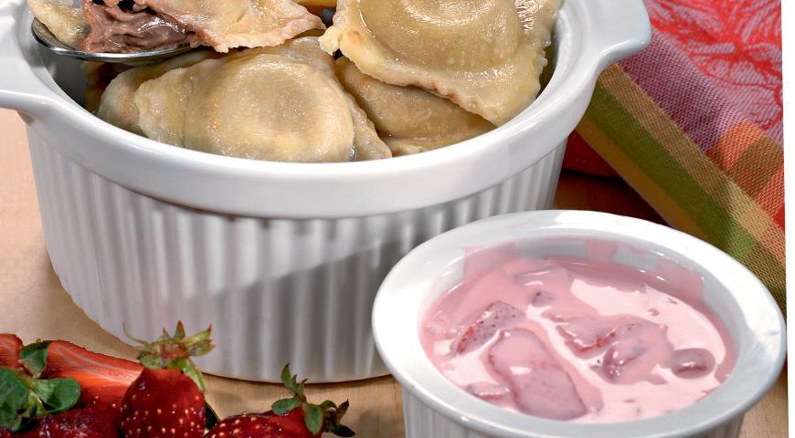 Рецепт Равиоли c шоколадным сыром и клубничным соусом