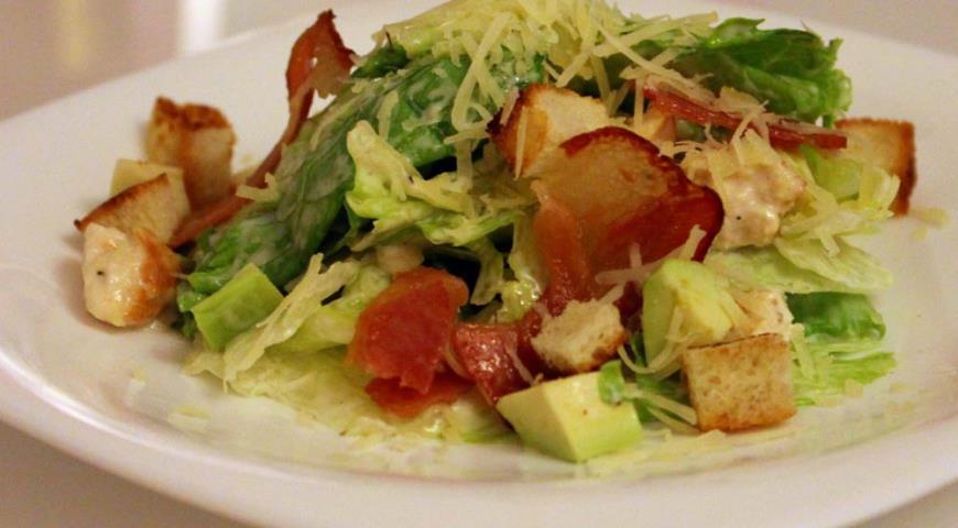 Рецепт Салат Цезарь с беконом и авокадо