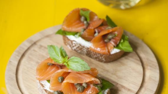 Рулетики из камбалы и лосося с белым соусом, пошаговый рецепт с фото