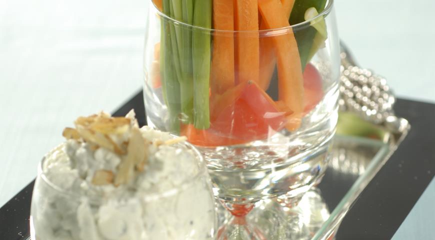 Рецепт Нарезка из овощей с сырным соусом