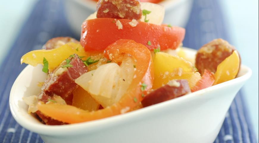 Рецепт Закарпатское лечо с колбасками и яйцом