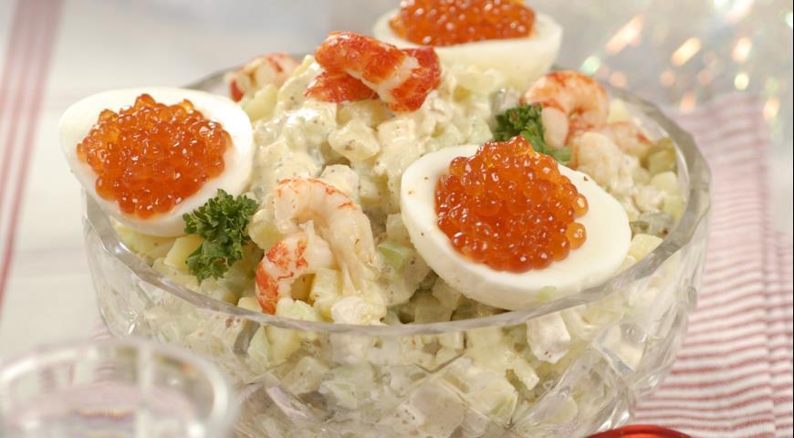 Рецепт Салат оливье с икрой и раковыми шейками