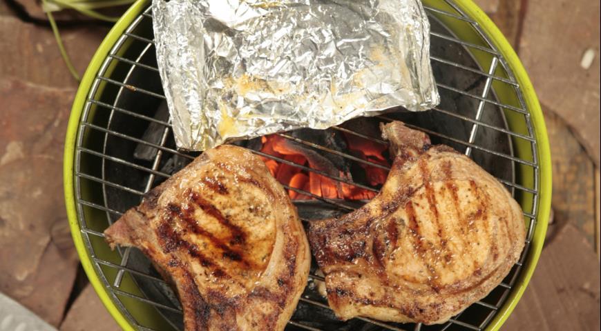 Рецепт Рыба и свиные отбивные на гриле