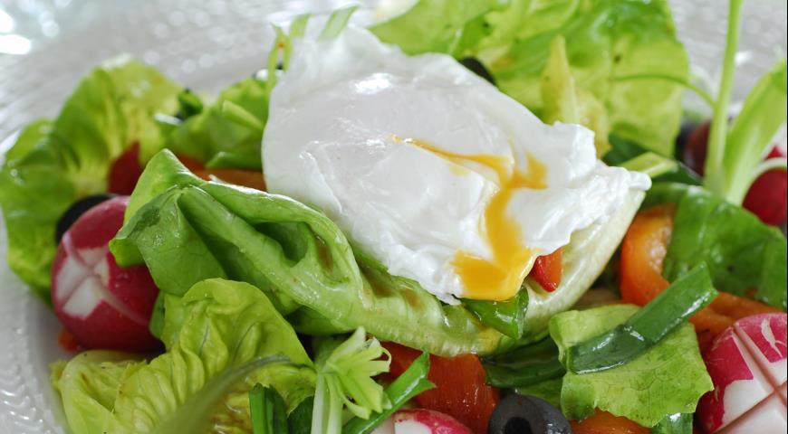 Рецепт Салат с редисом и яйцами-пашот