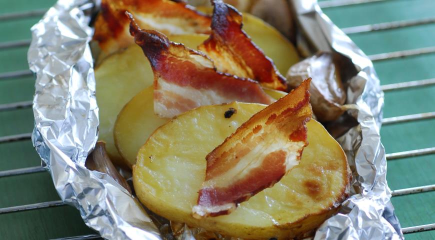 Рецепт Картофель с беконом и чесноком в фольге