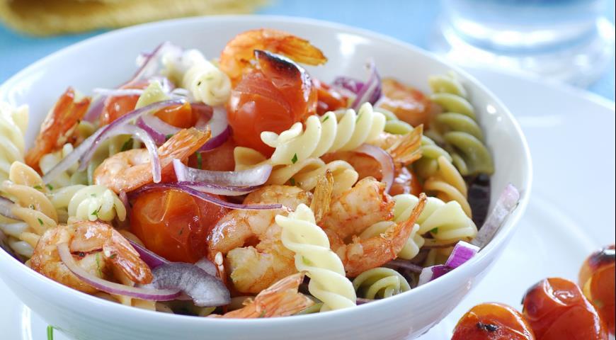 Рецепт Салат из пасты с запеченными на углях креветками и помидорами