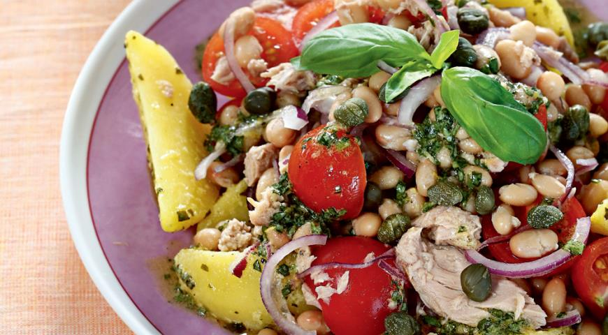 Теплий салат з квасолі, картоплі і тунця