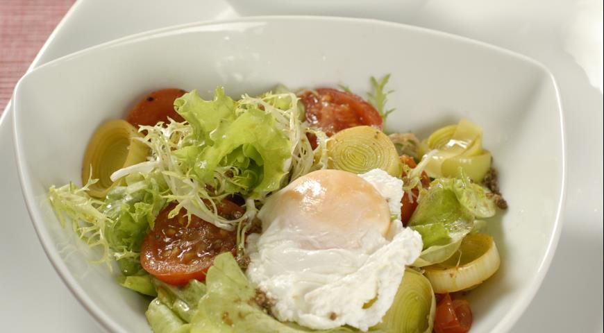 Рецепт Яйцо-пашот на салате из томатов