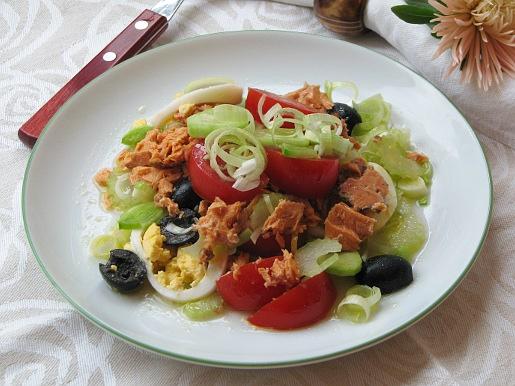 Рецепт Салат из консервированного лосося