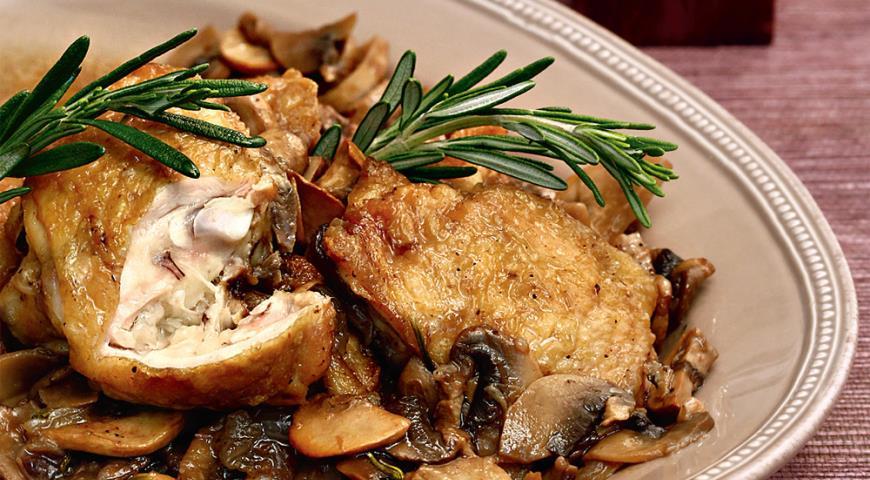 Рецепт Жаркое из курицы с грибами, луком и розмарином