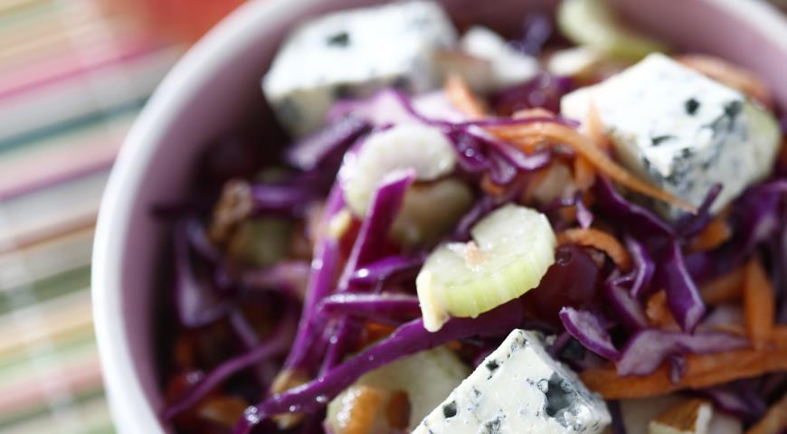 Рецепт Салат из краснокочанной капусты с яблоками, сыром и клюквой