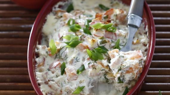 Рыба под соусом из сметаны, овощей и пармезана