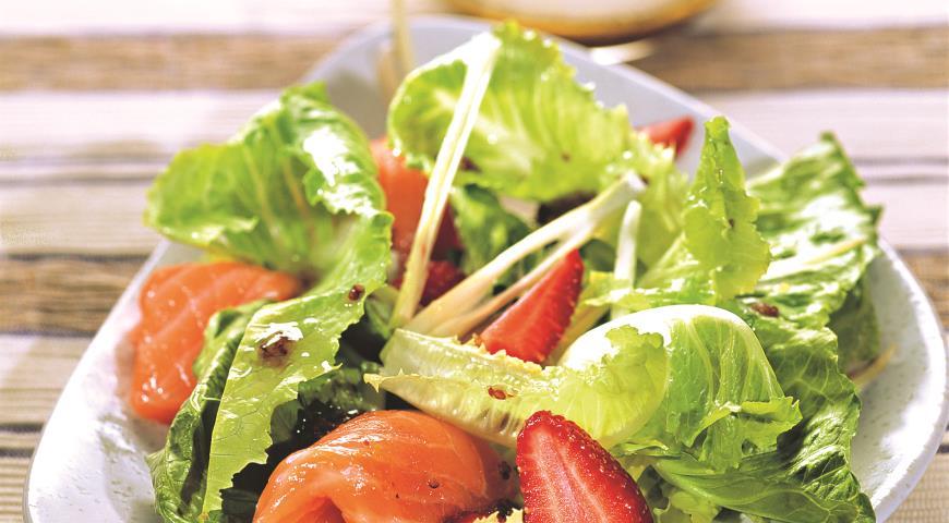 Рецепт Салат из копченого лосося, клубники и фенхеля