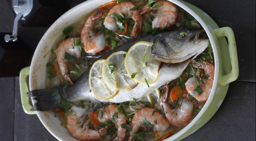 Рецепт Запеченный сибас с креветками и овощами
