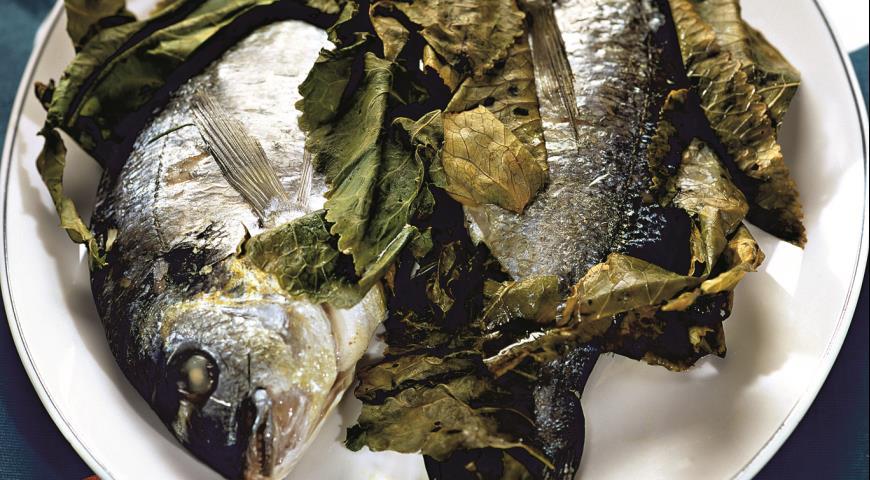 Рецепт Дорада, запеченная в листьях хрена
