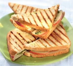Горячий сэндвич с сыром и яблоками