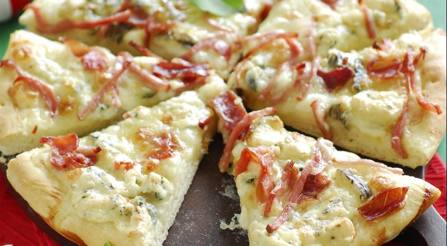 Рецепт Пицца с моцареллой, горгонзолой и ветчиной