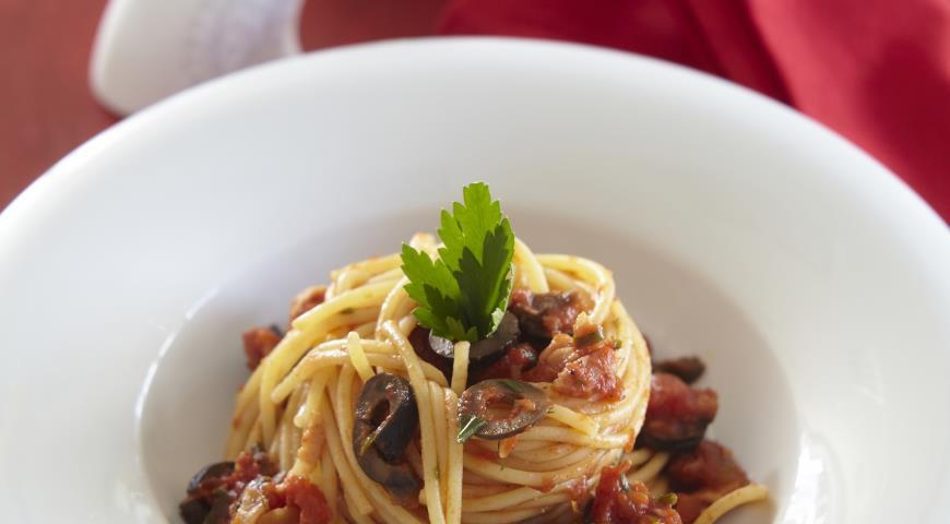 Рецепт Спагетти с корейкой, маслинами и помидорами