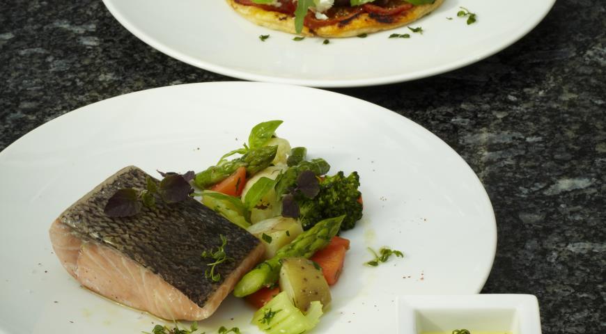 Рецепт Лосось с овощами и шафрановым айоли