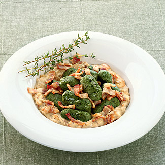 Рецепт Ньокки со шпинатом, беконом и чесноком