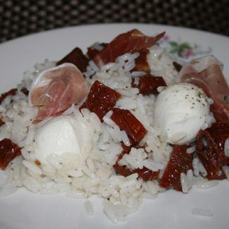 Рецепт Салат с вялеными помидорами и моцареллой