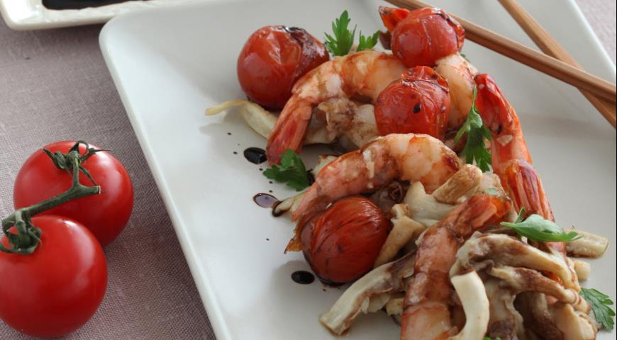 Рецепт Креветки с помидорами и вешенками