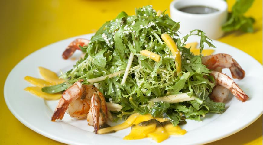 Рецепт Салат с креветками, антоновкой и манго