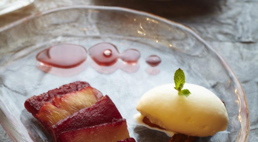 Рецепт Томленный в вине ананас с мороженым