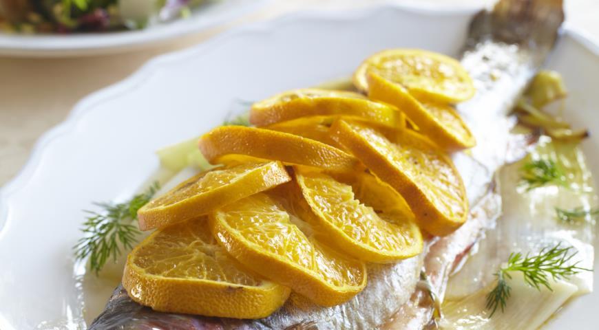 Рецепт Рыба с травами, мандаринами и запеченным пореем