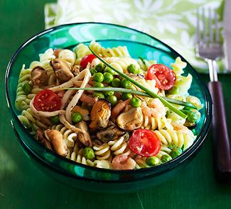 Рецепт Салат из пасты и морепродуктов в сливочном соусе с травами