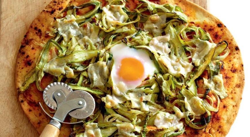 Рецепт Пицца со спаржей, пармезаном и яйцом