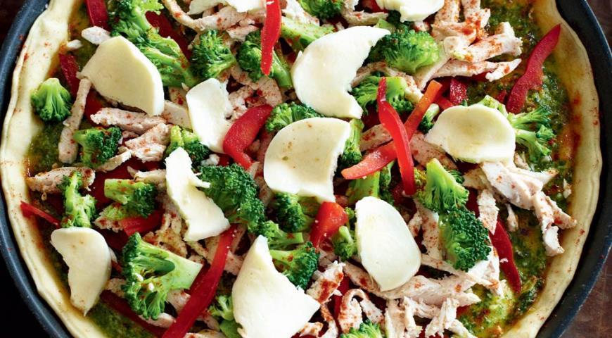 Рецепт Пицца с курицей, брокколи и песто