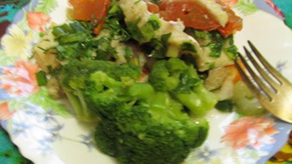 Диетический морской окунь, запеченный с овощами