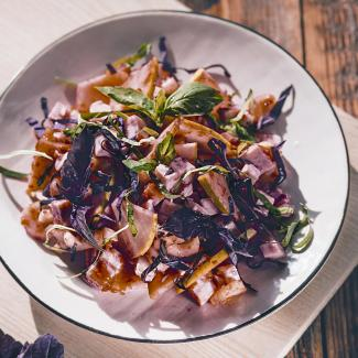 Рецепт Салат из индейки со смородиновым соусом