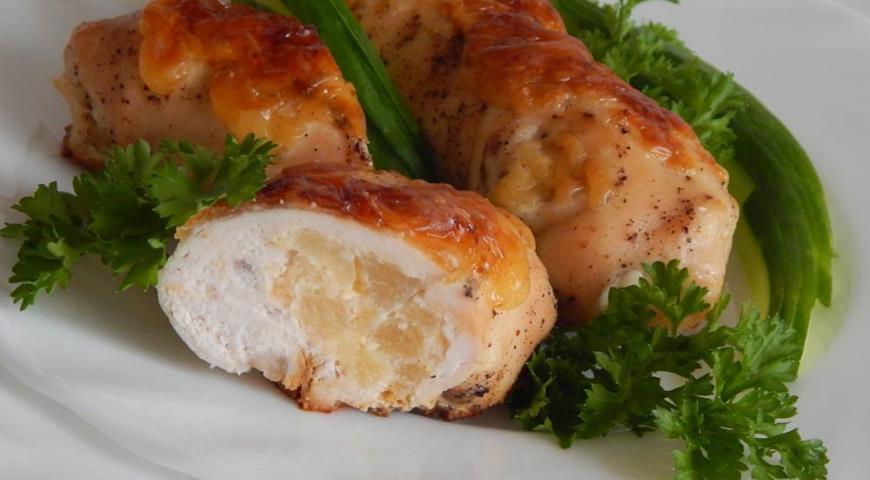 Рецепт Куриные рулетики с ананасами под сырной шубкой