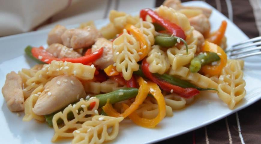Рецепт Салат с куриным филе и пастой