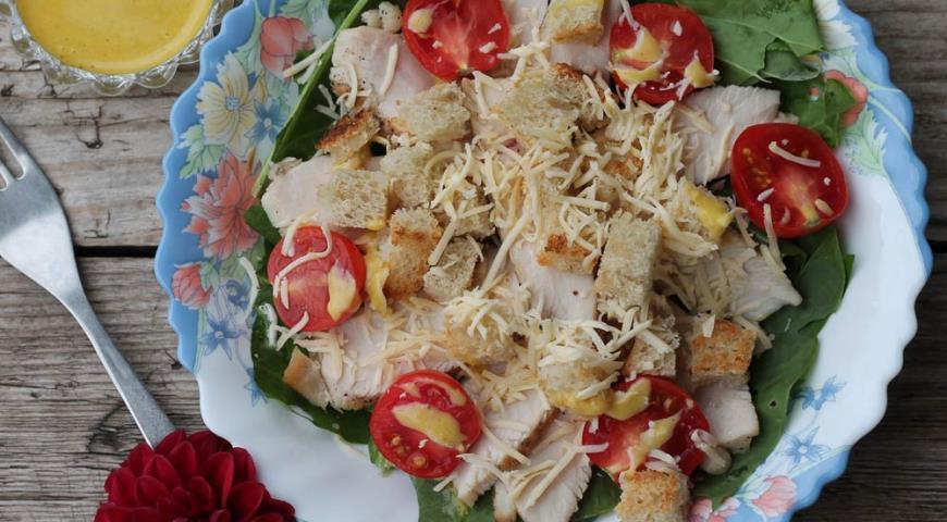 Салат цезарь с помидорами