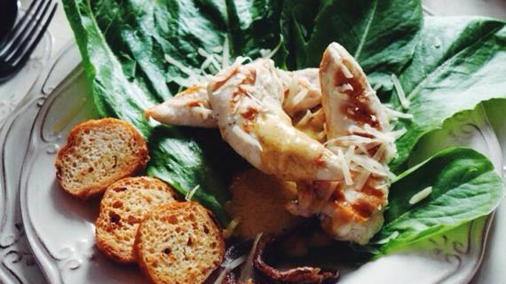 Салат Цезарь с чесночными гренками и салатом ромэн, пошаговый рецепт с фото