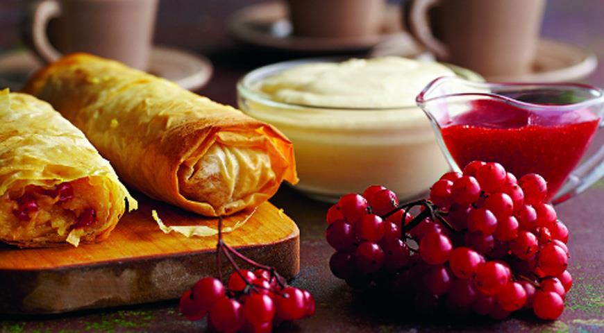 Рецепт Штрудель с яблоками и калиновым соусом