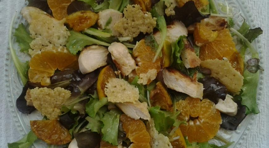 Рецепт Салат с мандаринами, курицей и сырными чипсами