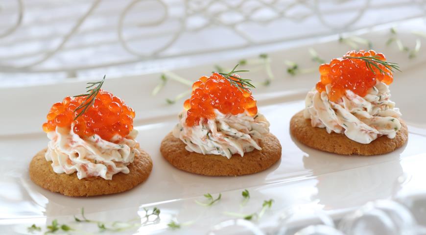 Рецепт Миндальные печенья с икрой и муссом из семги