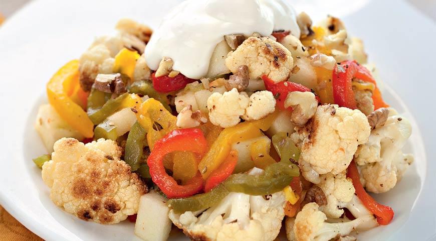 Рецепт Салат из цветной капусты и печеного перца с грецкими орехами