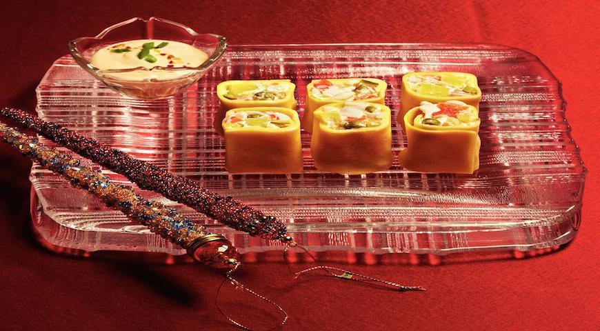 Рецепт Яичные роллы = оливье с крабами в яичных блинчиках